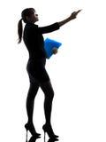 Visningen för affärskvinnan som pekar hållande mappar, sparar silhouett Royaltyfri Bild