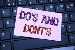 Visningen för handskriftmeddelandetext gör s och gör inte Donts Affärsidé för tillåtet skriftligt för handbok på klibbigt anmärkn arkivbild
