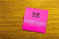 Visningen för handskriftmeddelandetext inspireras Affärsidé för inspiration och motivationen som är skriftliga på tomt PA för kli Royaltyfri Fotografi