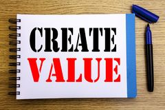 Visningen för handskriftmeddelandetext skapar värde Affärsidé för att skapa motivationen som är skriftlig på backgro för notepada royaltyfria bilder