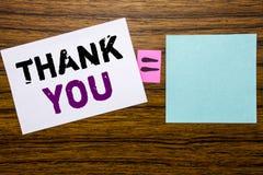 Visningen för handskriftmeddelandetext tackar dig Affärsidéen för tacksamhet tackar skriftligt på klibbigt anmärkningspapper på t Arkivfoto