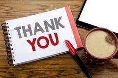 Visningen för handskriftmeddelandetext tackar dig Affärsidéen för tacksamhet tackar skriftligt på notepadanmärkningspapper på trä Royaltyfri Fotografi