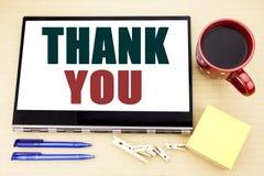 Visningen för inspiration för överskrift för handhandstiltext tackar dig Affärsidéen för tacksamhet tackar skriftligt på minnesta Arkivfoton