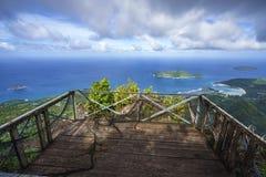 Visningplattform i höjden av Mahé på Seychellernaen Arkivfoto