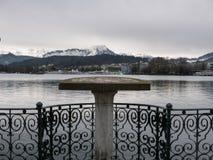 Visningplattform som förbiser en sjö och berg Arkivfoto