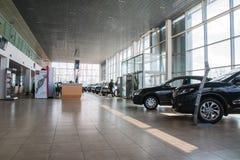 Visningslokal och bil av återförsäljaren Nissan i den Kirov staden i 2017 Arkivfoton