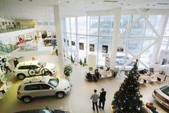 Visningslokal på det första golvet av återförsäljaren av den Volkswagen mitten Arkivfoton