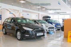 Visningslokalen och bilen av återförsäljaren vadar över i den Kirov staden i 2017 Royaltyfria Bilder
