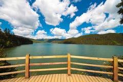 Visningsplattform på Shudu lakeShangri-la, Kina Royaltyfri Bild
