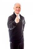 Visningtummar för hög man gör en gest upp Arkivfoton