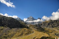 Viso góry Alps Podgórski miejsce Po rzeki wiosna obrazy stock