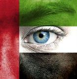Viso umano dipinto con la bandiera degli Emirati Arabi Uniti fotografie stock