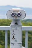 Visor binocular a fichas que olha para fora à paisagem com bea Fotos de Stock Royalty Free