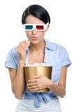 Visor que olha o filme 3D com a bacia de pipoca Fotos de Stock Royalty Free