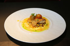 Visschotel in gastronomisch restaurant wordt gediend dat royalty-vrije stock afbeeldingen