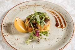 Visschotel - gebraden visfilet met gebraden aardappels en groenten royalty-vrije stock afbeelding