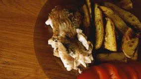 Visschotel - gebraden visfilet met gebraden aardappels en groenten stock foto's