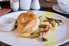Visschotel met groenten en saus stock foto