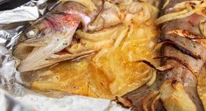 Vissen die in folie in de oven worden gebakken stock afbeeldingen