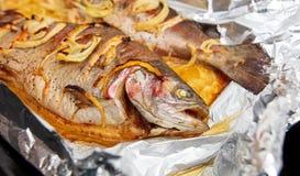 Vissen die in folie in de oven worden gebakken stock foto's