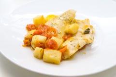Vissen in een pot, kabeljauw met rode tomaat en aardappels worden gekookt die royalty-vrije stock afbeelding