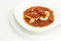 Vissen in Eigengemaakte Gestoofde Tomaten Stock Foto