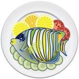 Vissen en groenten op een plaat Royalty-vrije Stock Foto's