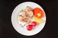 Vissen en groenten op witte plaat Ongekookte geïsoleerde ingrediënten op zwarte achtergrond Hoogste mening De ruimte van het exem Royalty-vrije Stock Fotografie