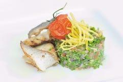 Vissen en salade Royalty-vrije Stock Foto's