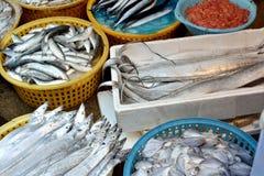 Vissen en zeevruchten het verkopen Stock Foto's