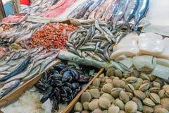Vissen en zeevruchten in Mercado Centraal in Santiago stock foto's