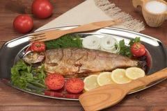 Vissen in folie op een dienblad worden gebakken dat Royalty-vrije Stock Foto's
