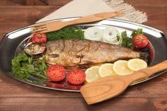 Vissen in folie op een dienblad worden gebakken dat Stock Foto