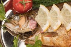 Vissen in folie op een dienblad worden gebakken dat Stock Afbeeldingen