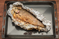 Vissen in folie worden gebakken die Royalty-vrije Stock Afbeelding