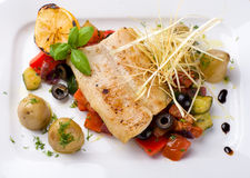 Vissen met geroosterde groenten Royalty-vrije Stock Foto's