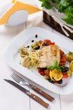 Vissen met geroosterde groenten Royalty-vrije Stock Afbeelding