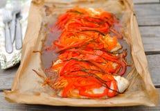 Vissen met groene paprika en wortel worden gebakken die Royalty-vrije Stock Foto