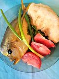 Vissen met groenten en brood op een plaat Royalty-vrije Stock Foto's