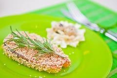 Vissen met sesam op een groene plaat Royalty-vrije Stock Afbeeldingen