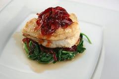 Vissen met spinazie, rode biet en rode ui Royalty-vrije Stock Afbeeldingen