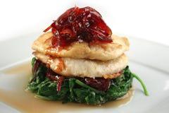 Vissen met spinazie, rode biet en rode ui Royalty-vrije Stock Foto