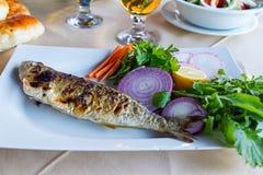 Vissen met verse groenten en Turks brood stock afbeeldingen