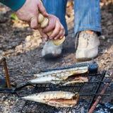 Vissen op brand worden gekookt die Royalty-vrije Stock Fotografie