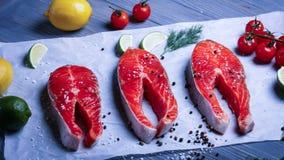 Vissen op de lijst voor maaltijd worden gesneden die Heerlijk zeevruchtendiner RT Royalty-vrije Stock Foto's