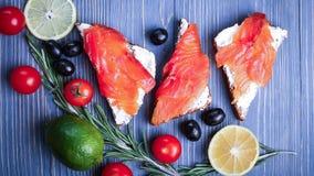 Vissen op de lijst voor maaltijd worden gesneden die Heerlijk zeevruchtendiner RT Stock Afbeeldingen
