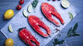 Vissen op de lijst voor maaltijd worden gesneden die Heerlijk zeevruchtendiner RT Stock Foto's