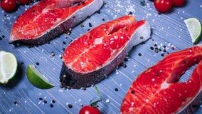 Vissen op de lijst voor maaltijd worden gesneden die Heerlijk zeevruchtendiner RT Stock Fotografie