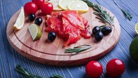 Vissen op de lijst voor maaltijd worden gesneden die Heerlijk zeevruchtendiner RT Stock Foto