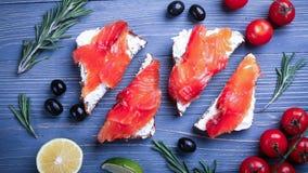Vissen op de lijst voor maaltijd worden gesneden die Heerlijk zeevruchtendiner RT Royalty-vrije Stock Foto